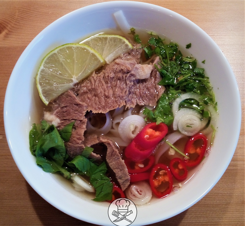 Wietnamska zupa pho z wołowiną