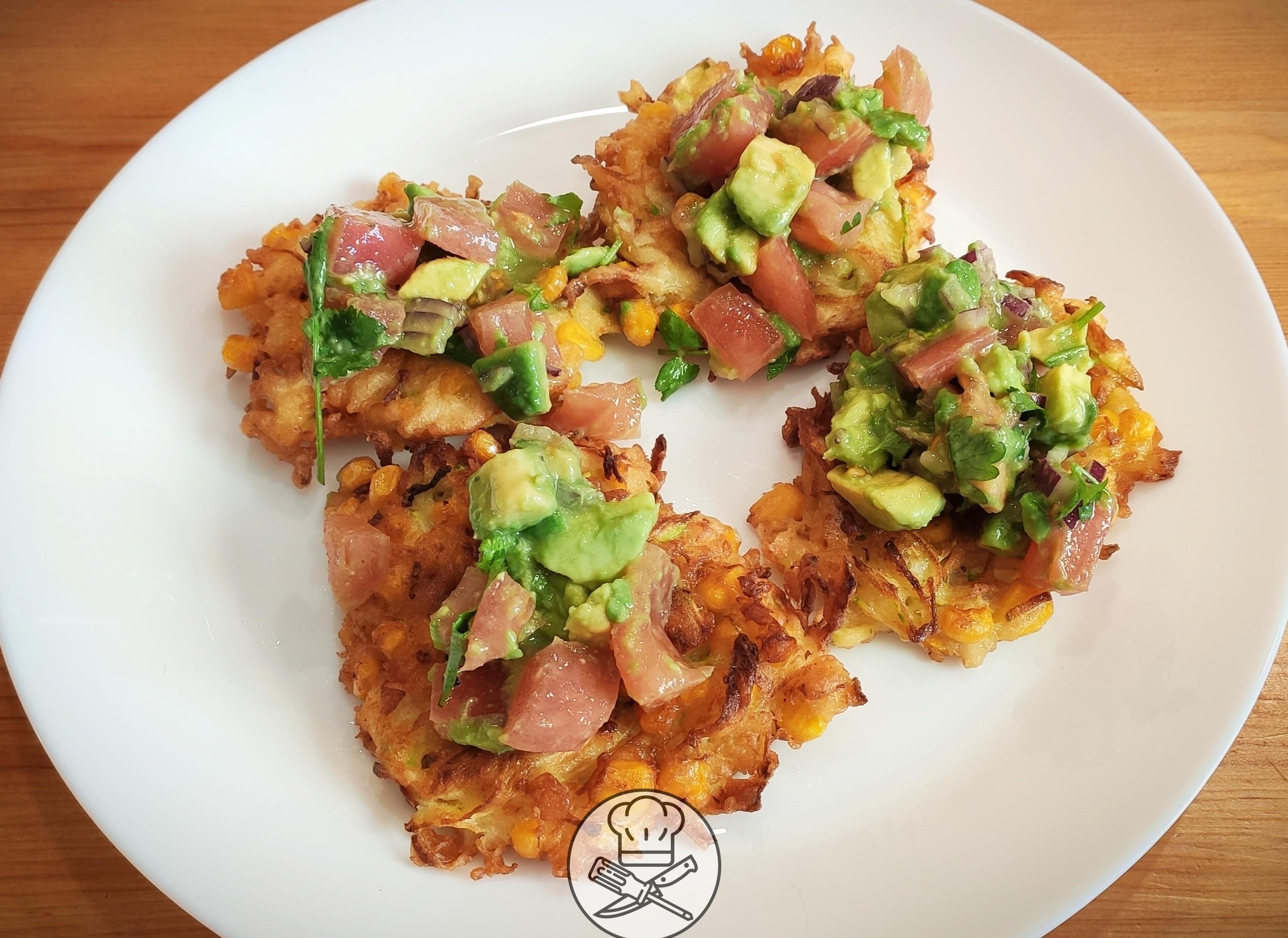 Meksykańskie placki z cukinii i kukurydzy z salsą z awokado